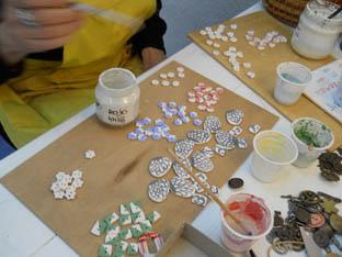 pintant botons de colors per les fornades