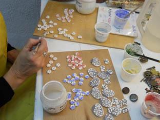 pintant botons vermells per les fornades