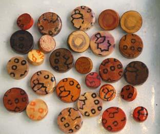 botones de madera y papel