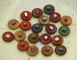 botones de olivo y metal