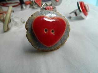 Sant Jordi 2015 anell amb boto de ceramica forma de cor sobre boto metálic